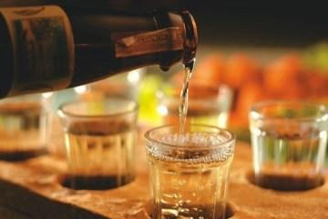 cachaça sendo servida em copos típicos