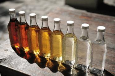 garrafas-cachaça-cores-madeira