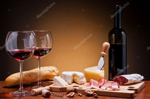 Taças de vinho com queijo e embutidos