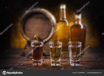 cachaça, shots e garrafas