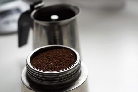 Wsypujemy świeżo zmieloną kawę aż po brzegi sitka.