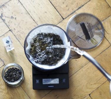 Zalewamy liście zielonej herbaty.