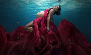 Capture One raw photo editor blogpost Martha superman underwater portraits slider image woman under water wearing floaty gown