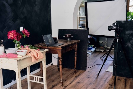 michaela hartwig food photographer tips on styling food for photo shoot using capture one pro raw image editor behind the scenes at food photoshoot, lighting camera equipment with laptop on talbe