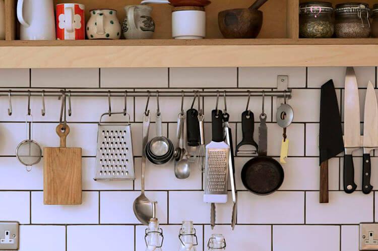 Utensílios de cozinha pendurados