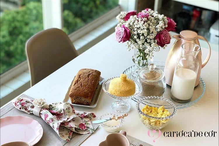 flores na mesa do café da manhã