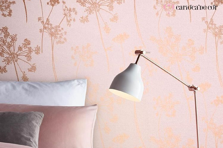 Quarto feminino decorado com papel de parede e luminária.