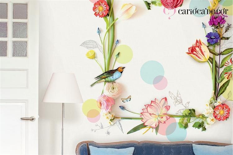 Ambiente com papel de parede com flores de passáro