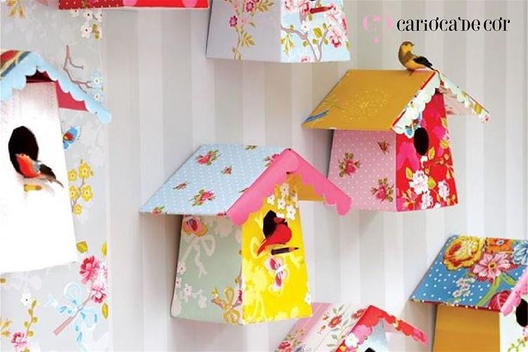 Ambiente com papel de parede com listras e casinhas como decoração