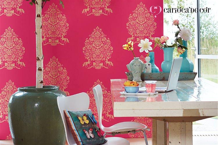 Ambiente com papel de parede rosa