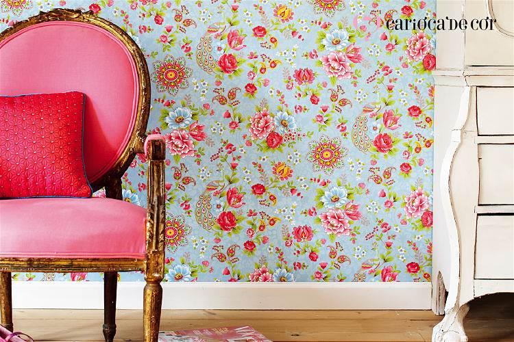 Ambiente com papel de parede floral