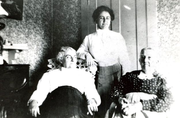 Seated:  Lydia Jane Hall, Lydia Reed Hart,  Standing:  Hattie Cannon Hall