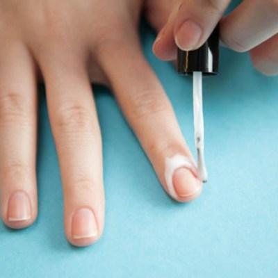 Dica para não borrar o esmalte nos dedos