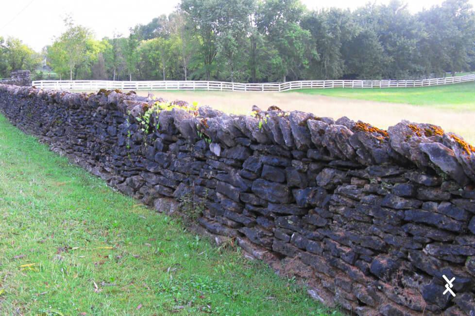 Imagem de cercas de pedra em propriedade rural