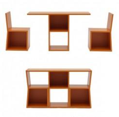 sono illustrate le diverse funzioni della libreria, sia assemblata  sia quando, spostando tra loro dalla posizione originale entrabi i lati della libreria, diviene sedia e tavolo. Alle basi dei tre elementi si possono continuare a riporre oggetti.