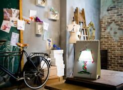 alt: la versione della lampada da tavolo inserita in una stanza ammobiliata