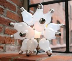 lampadine a bulbo attaccate insieme compongono una sfera