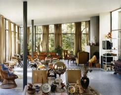 Interno di Casa de vidro: il salotto