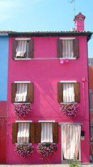 comodato d'uso di bene immobile una casa su 3 piani dipinta di rosa