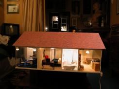 Totale della casa in miniatura di G. Pietroniro con le luci accese