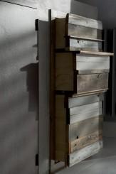 La Quercia 21: particolare dei cassetti, con pannelli frontali provenienti da legni recuperati