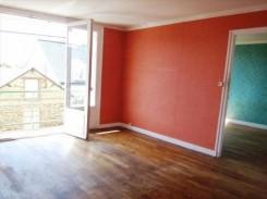 Immagine di una parete rossa e nuovi infissi in appartamento ristrutturato