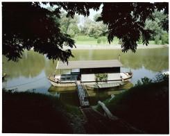 L'abitazione in legno galleggia sul fiume