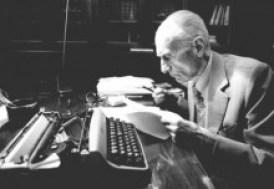 Indro Montanelli batte sulla tastiera della sua Olivetti Lettera 22