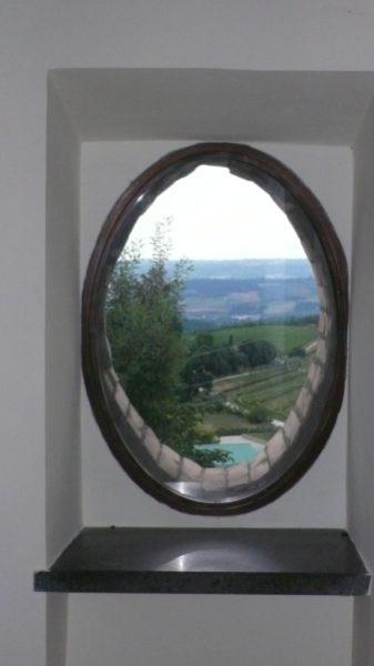 idee per ristrutturare una casa in campagna: l'infisso rifatto con la forma ovale esistente