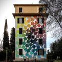 mural colorato sull'intera facciata della palazzina che rappresenta tanti rettangoli colorati posti uno accanto all'altro in scala cromatica