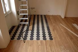 accostare pavimenti diversi per accorpare 2 locali o per esaltare ...