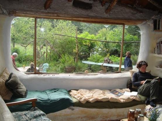 cob house, interno di una casa in terra cruda