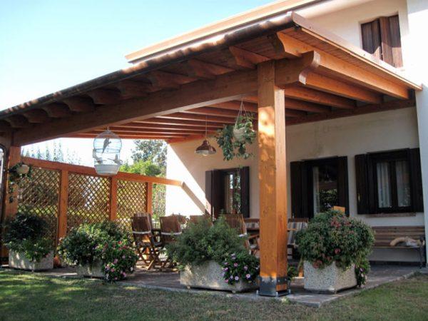 permessi per realizzare tettoie esempio di tettoia aperta su 3 lati ancorata al muro della casa con tavolo e sedie