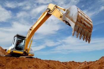 cosa prevede il nuovo regolamento terre e rocce da scavo 2017 una escavatrice al lavoro