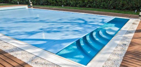 Consigli per scegliere la piscina fuori terra o interrata - Piscina fuori terra in pendenza ...