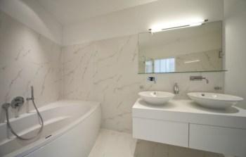Bagno senza finestre: come renderlo luminoso?