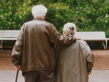telesoccorso per anziani FOTO coppia di anziani al parco