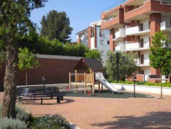 ripartizione delle spese condominiali foto di un condominio con parco giochi
