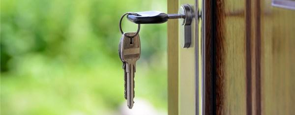 proprietario tiene chiavi casa affittata? foto: mazzo di chiavi nella serratura della porta