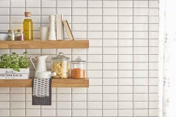 meno plastica in casa con arredi e utensili per cucina in legno, vetro, ceramica