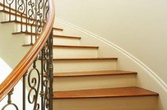 quali i rischi per debitore spese condominiali? scala condominiale