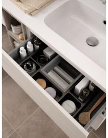 mobile bagno con lavabo e particolare del cassetto