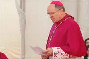 Mgr Fellay lisant le communiqué lors de la cérémonie des ordinations à Écône le 29 juin 2016