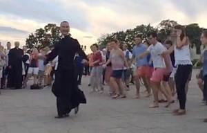 Père Franck Legros danseur en soutane