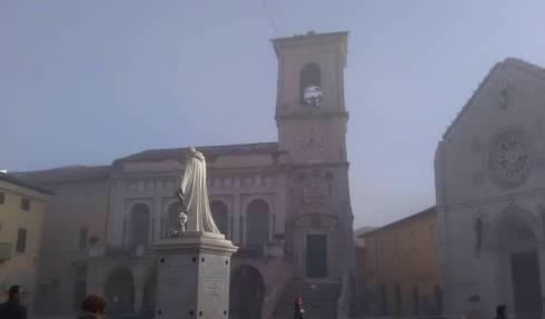 La statue de saint Benoît au centre de la place est restée debout