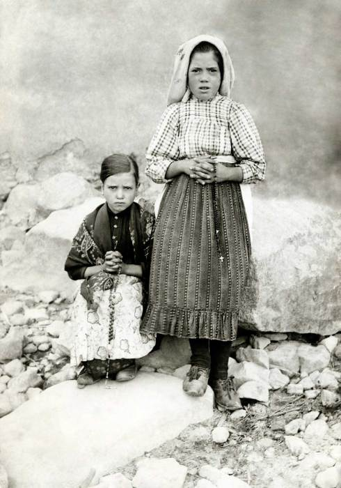 Lúcia dos Santos (à droite) avec sa cousine Jacinta Marto, 1917.