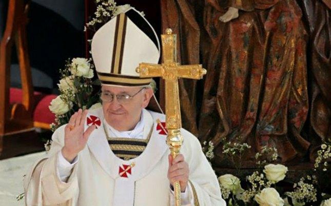François avec la Ferula dans le style néo-byzantin de Benoît XVI, inspiré de Pie IX.