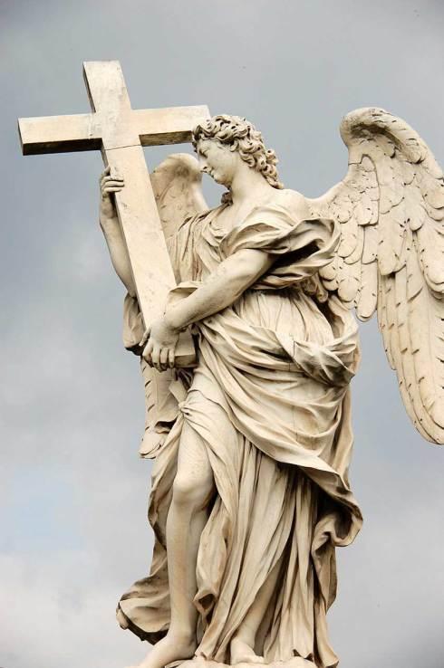 Ange à la croix d'Ercole Ferrata, Pont du Château Saint-Ange, Rome.