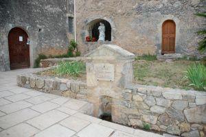 La statue de Saint Joseph au pied du sanctuaire.