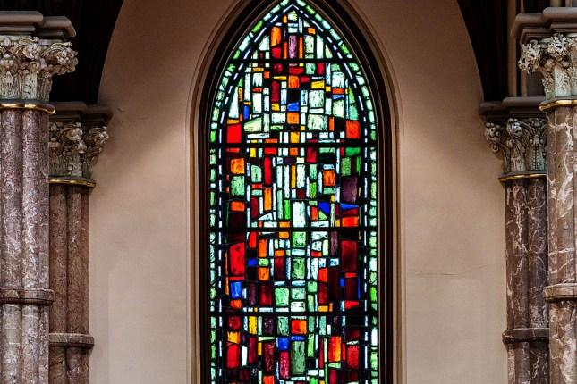 Des fenêtres ne contenant que des pierres multicolores...